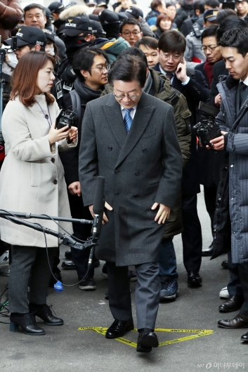 [사진]법정 향하는 이재명 경기지사