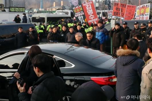 [사진]검찰 향하는 양승태 전 대법원장