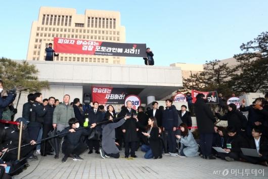 [사진]양승태, 검찰 출석 전 대법원 앞 기자회견