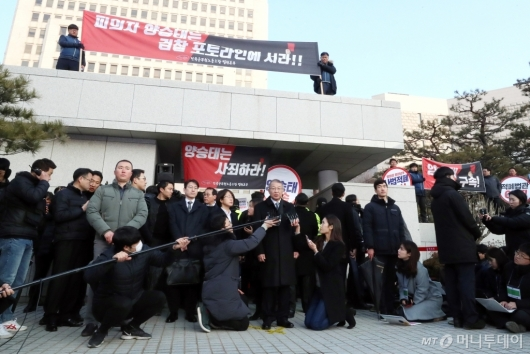 [사진]대법원 앞 기자회견하는 양승태 전 대법원장