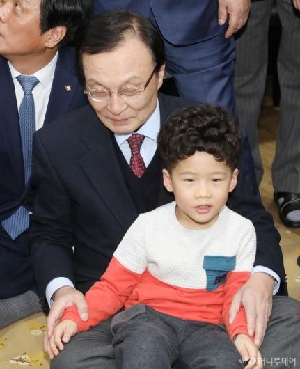 [사진]아이들 만난 이해찬 민주당 대표