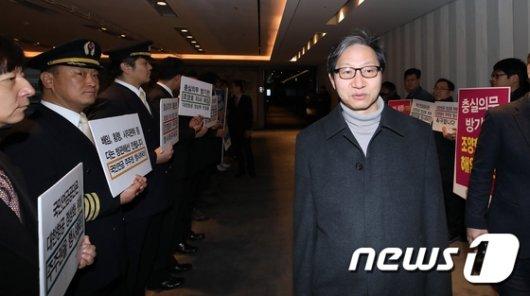 [사진] 김성주 국민연금 이사장, 피켓 시위 속 기금운용위 참석