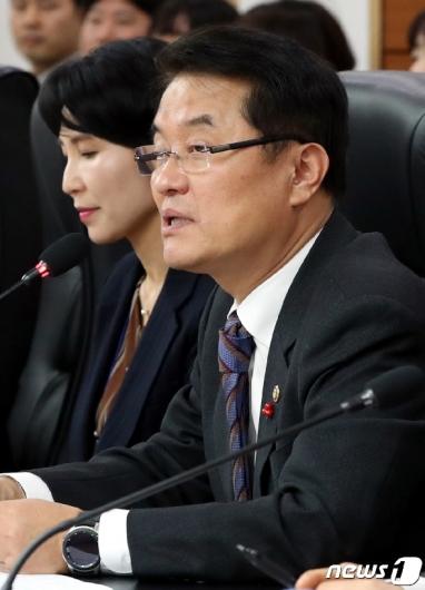 [사진] 모두발언하는 윤종인 행안부차관