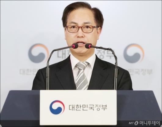 [사진]브리핑 하는 방통위 김재영 이용자 정책국장