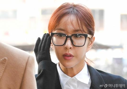 '7억대 도박' 가수 슈,<br>첫 재판에서 모든 혐의 인정