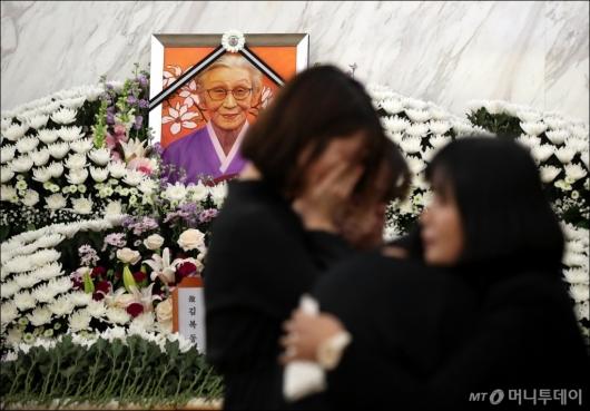 [사진]김복동 할머니 빈소 찾아 눈물 흘리는 조문객들