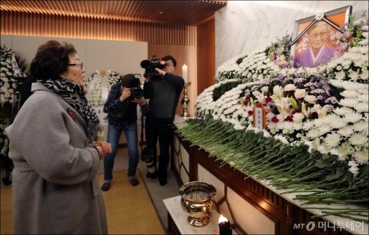 [사진]고 김복동 할머니 빈소 찾은 이용수 할머니