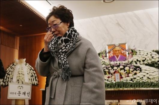 [사진]눈물 훔치는 위안부 피해자 이용수 할머니