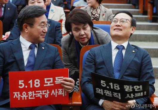 [사진]홍영표 '씁쓸한 웃음'