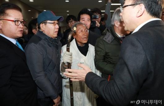 [사진]자한당 대표실 향하는 5.18 단체 회원들