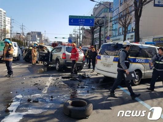 SUV 차량, 유턴하다 경찰차 충돌…2명 부상