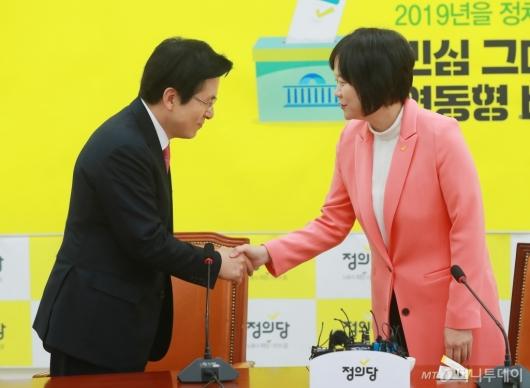 [사진]악수하는 황교안-이정미 대표