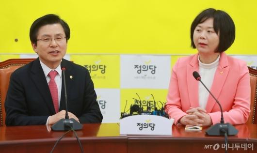 [사진]김경수 판결 입장 묻는 황교안 자한당 대표