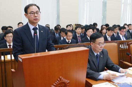[사진]행안위 출석한 박영수 중앙선관위 사무총장
