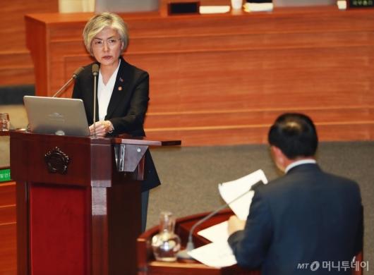 [사진]대정부질문 나선 강경화 외교부 장관