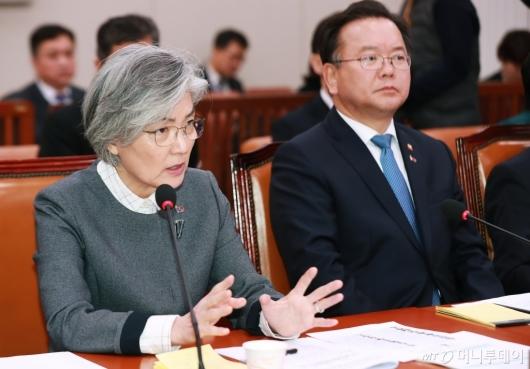 [사진]답변하는 강경화 외교부 장관