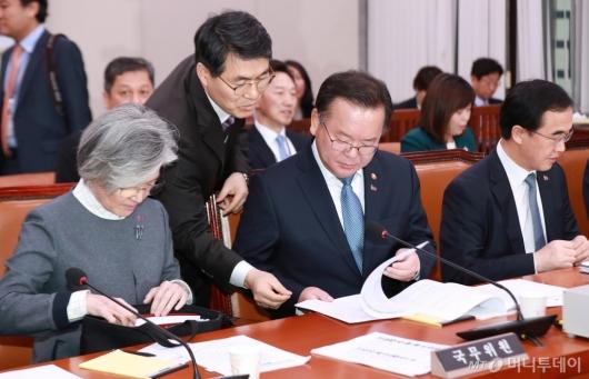 [사진]회의준비하는 남북경협특위 관계장관들