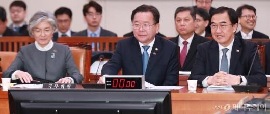 [사진]남북경협특위 출석한 강경화-김부겸-조명균 장관