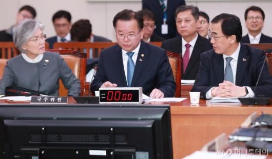 [사진]대화하는 강경화-김부겸-조명균 장관