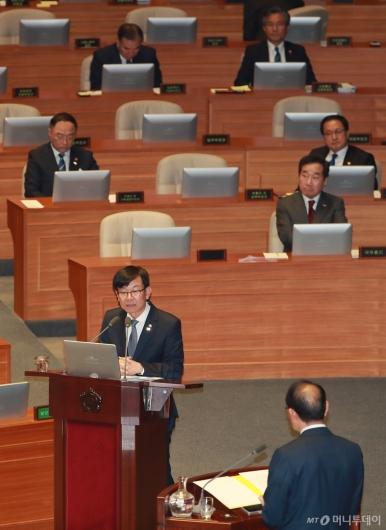 [사진]국회 대정부질문 출석한 김상조 공정위원장
