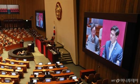 [사진]지상욱 의원 대정부질문에 답하는 이낙연 총리