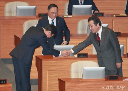 [사진]악수하는 이낙연 총리-김상조 위원장