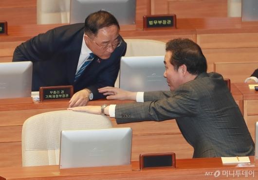 [사진]대화하는 이낙연 총리-홍남기 부총리