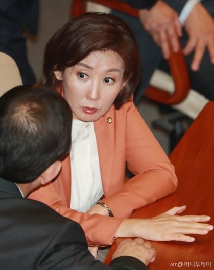 [사진]대화하는 나경원 자한당 원내대표