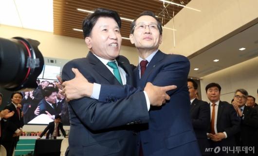 [사진]포옹하는 전임-신임 행장