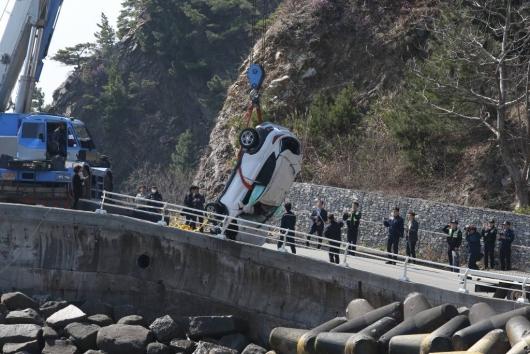 강릉 바다에 승용차 추락…19세 5명 사망
