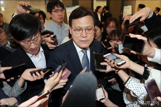 [사진]아시아나항공 매각 관련 질의 받는 최종구 위원장