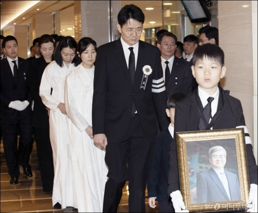 [사진]고 조양호 회장 영결식 참석하는 유가족들