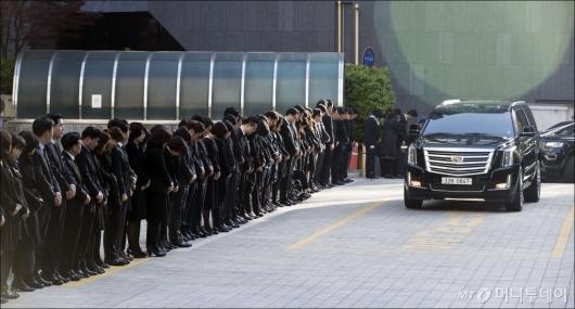 [사진]'묵념하는 대한항공 직원들'
