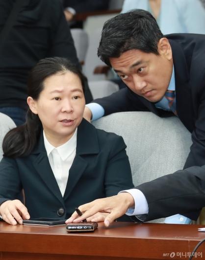 [사진]대화하는 권은희-오신환 의원