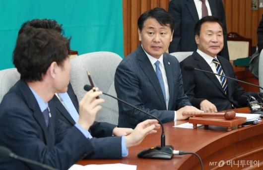 [사진]공개발언 제지하는 김관영 원내대표