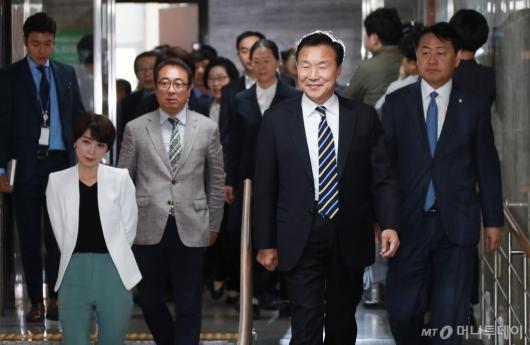 [사진]의원총회 참석하는 손학규 대표