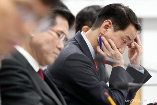 [사진]금융위원장 발언 듣는 권용원 금투협회장
