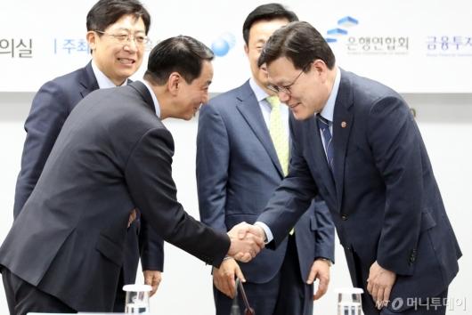 [사진]악수하는 최종구 금융위원장-권용원 회장