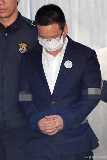 [사진]법정 향하는 윤중천 씨
