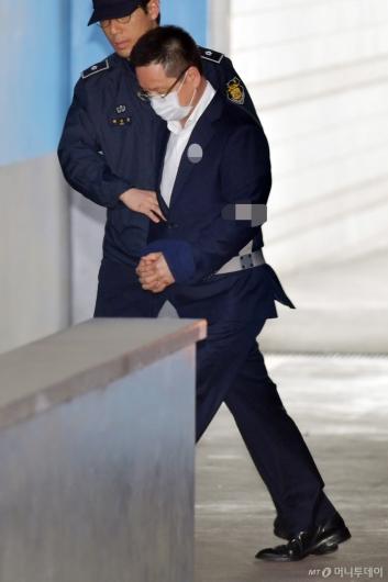 [사진]법정 들어서는 윤중천 씨