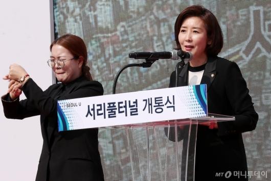 [사진]축사 전하는 나경원 원내대표