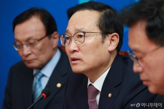 [사진]최고위 모두발언하는 홍영표 민주당 원내대표
