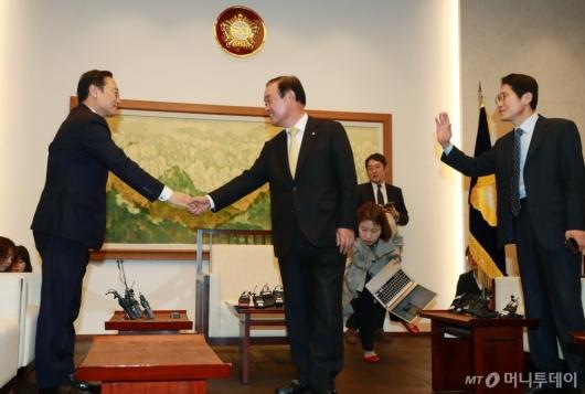 [사진]마지막 회동 참석한 홍영표 민주당 원내대표