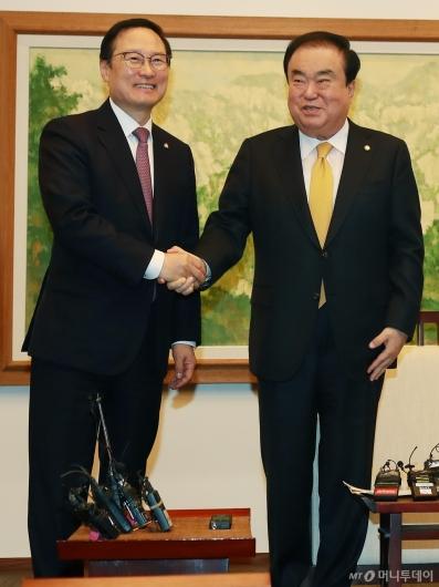 [사진]마지막 회동 참석한 홍영표 원내대표