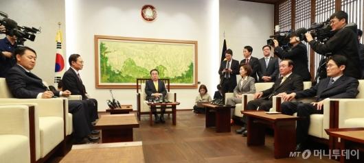 [사진]국회의장-5당 원내대표 회동 '4월 국회 정상화 논의'