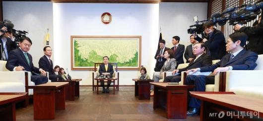 [사진]국회의장-원내대표 회동 '4월 국회 정상화 논의'