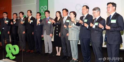 [사진]기념촬영하는 '행복커뮤니티' 론칭 행사 참석자들