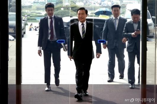 [사진]국회 들어서는 손학규 바른미래당 대표