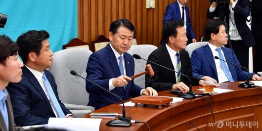 [사진]의사봉 두드리는 김관영 원내대표