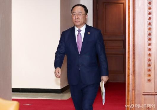 [사진]긴급관계장관회의 참석하는 홍남기 부총리
